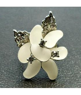Кольцо цветок со стразами белое